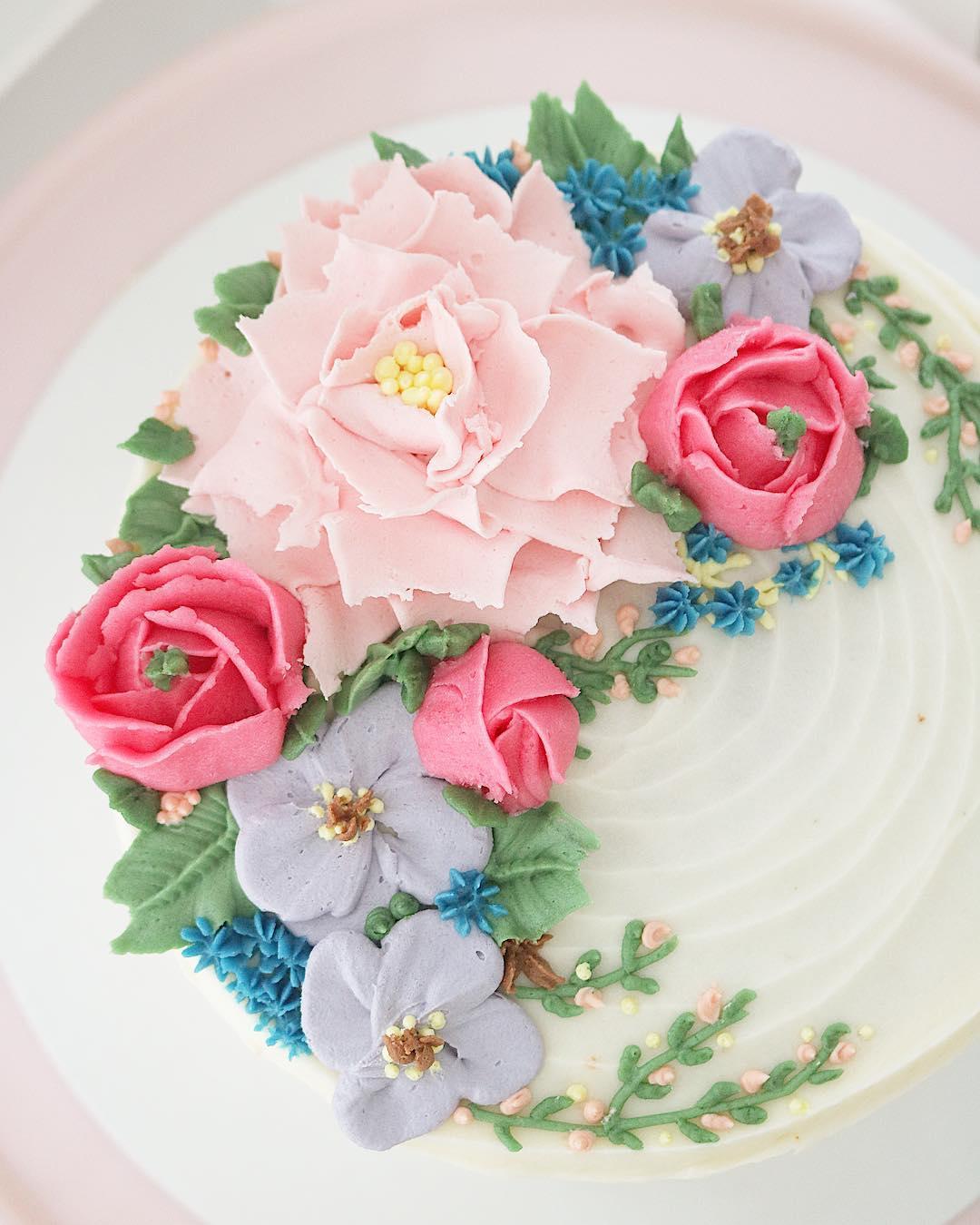 Tarta con flores de crema