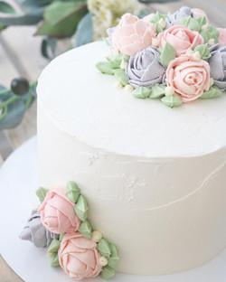 Tarta blanca con detalle flores