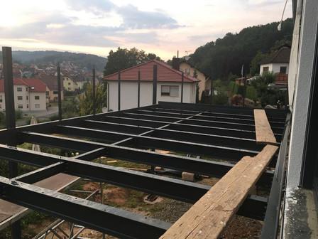Stahlbalkon im Aufbau1.jpg