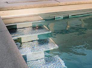 Edelstahltreppe im Pool