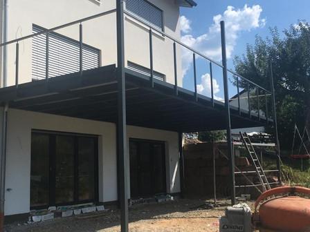 Stahlbalkon im Aufbau.jpg
