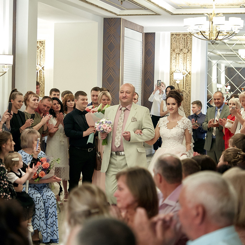 Торжественный выход отца и невесты — очень трогательный момент!