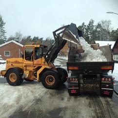 lastar DEW med snö med lastmaskin.jpg
