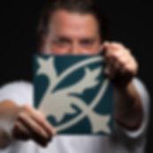 Stefan Friedrich mit Zementmosaikplatte Foto by ©Studio157