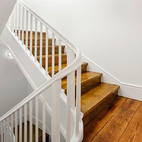 Holztreppe schleifen und neu lackieren