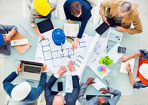 grupo-de-arquitectos-que-planean-en-un-n