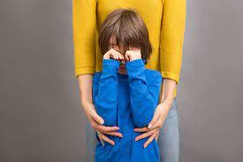 Seu filho voltou a agir como bebê? Saiba como lidar com a regressão infantil