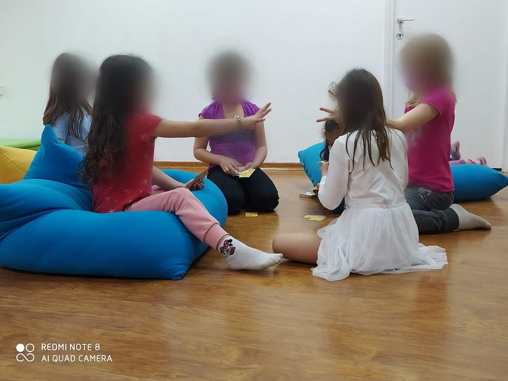 ילדות משחקות ומחזקות מיומנויות חברתיות