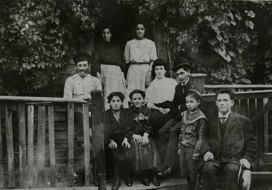 Sprachman family, Price's Lane, Toronto, with Jacob Sprachman on far right, ca. 1904. OJA, item 1722.