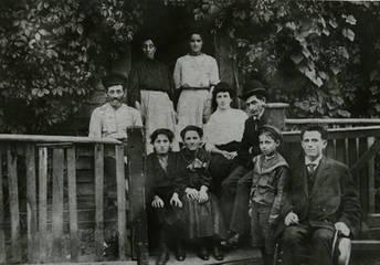 Sprachman family, Price's Lane, Toronto, with Jacob Sprachman on far right, ca. 1904. OJA, item 1722.