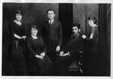 Members of the Hyman family, including Menachem Mendel and Esther Bayla (seated), and Ben Zion and Faye Mindel (right). OJA, item 1170.