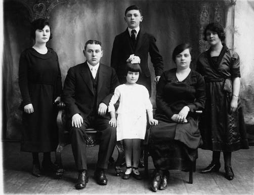 Walerstein family, ca. 1921. Seated, left to right: Abraham, Esther, Taube. Standing, left to right: Sarah, Isidor, Gertrude. OJA, item 2532.