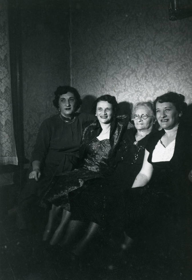 Etta Simon at home with her daughters, ca. 1952. OJA, fonds 44, item 25.