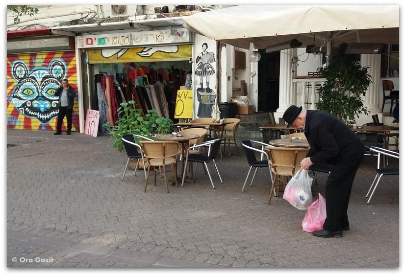 איש עם שקיות - תל אביב
