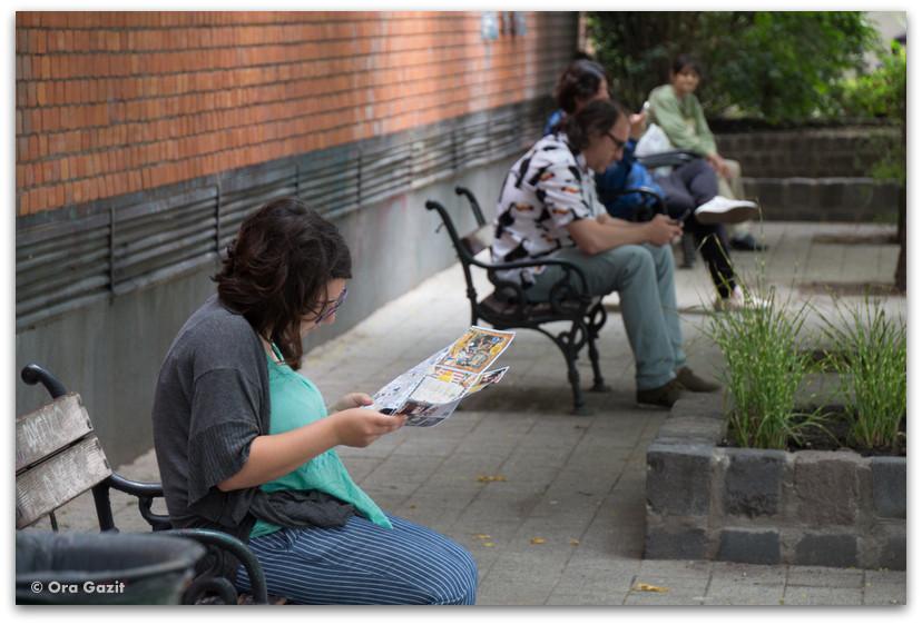 אנשים יושבים על ספסל - בודפשט - הונגריה