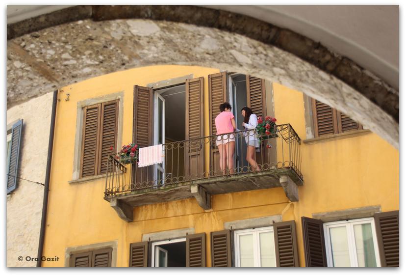 שתי נשים במרפסת - טיול בנות - ברגמו