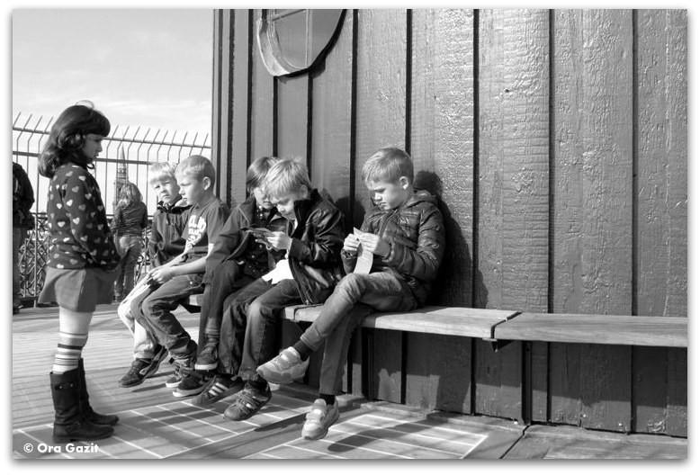 ילדים יושבים על ספסל  - טיול עם ילדים בחול, קופנהגן