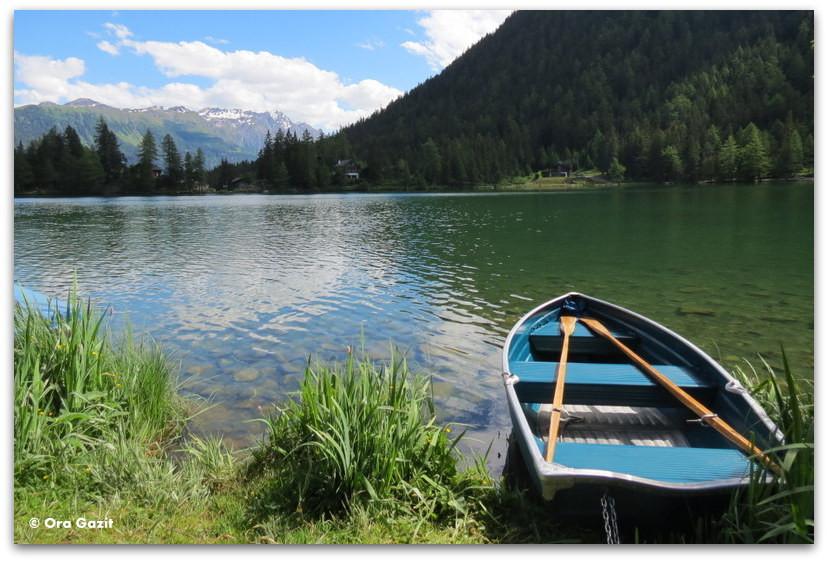 סירה על האגם