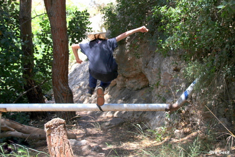 ילד מדלג מעל צינור - נחל לטם - שביל חיפה - טרק - טיול בחיפה