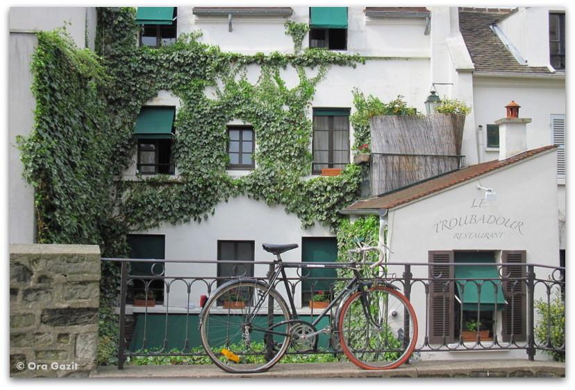 אופניים ובניין יפה, מונמרטר, פריז