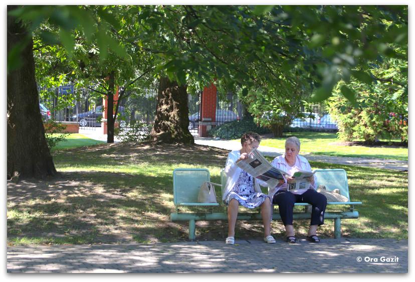 שתי נשים על ספסל - טיול בורשה - מה לעשות בורשה