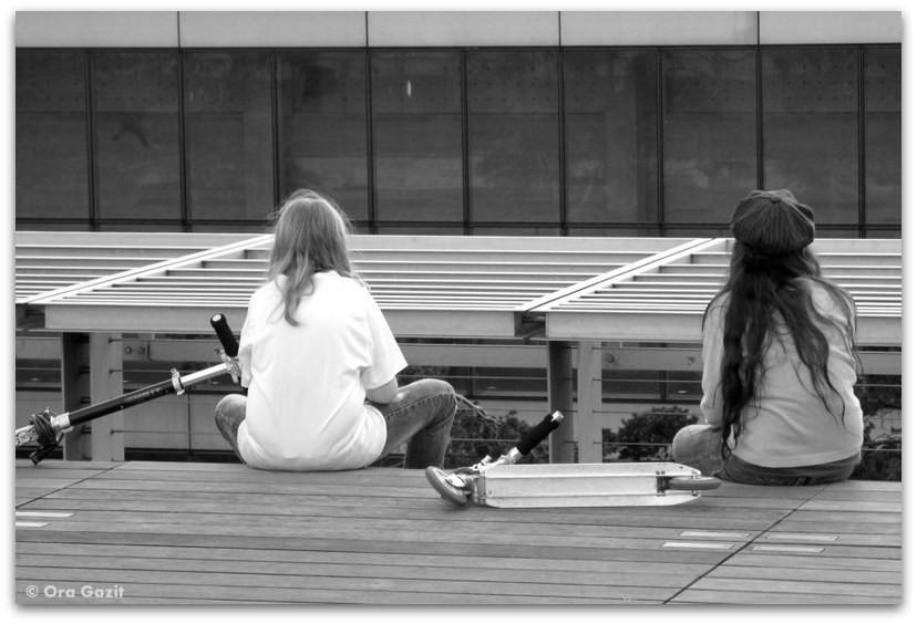 שתי ילדות יושבות, פריז