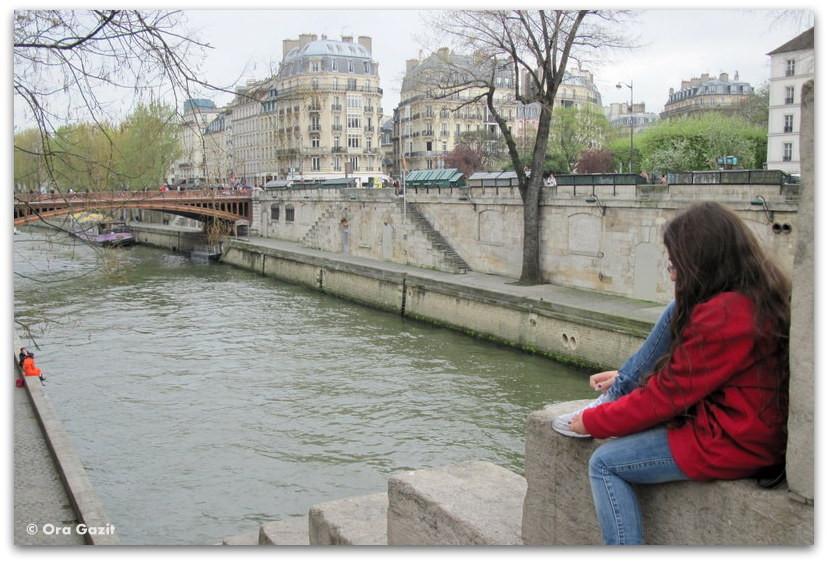 ילדה יושבת על גדות הסן, פריז