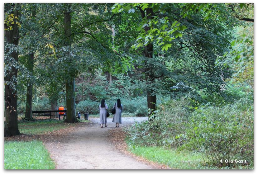 שתי נזירות ביער - פארק וואז'נסקי - טיול בורשה - מה לעשות בורשה