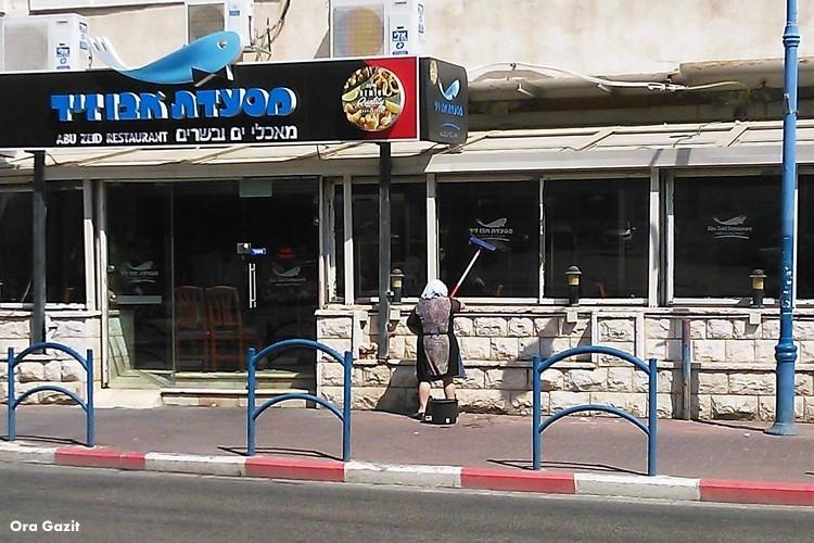 אשה מנקה חלון - בת גלים - שביל חיפה - טרק - טיול בחיפה