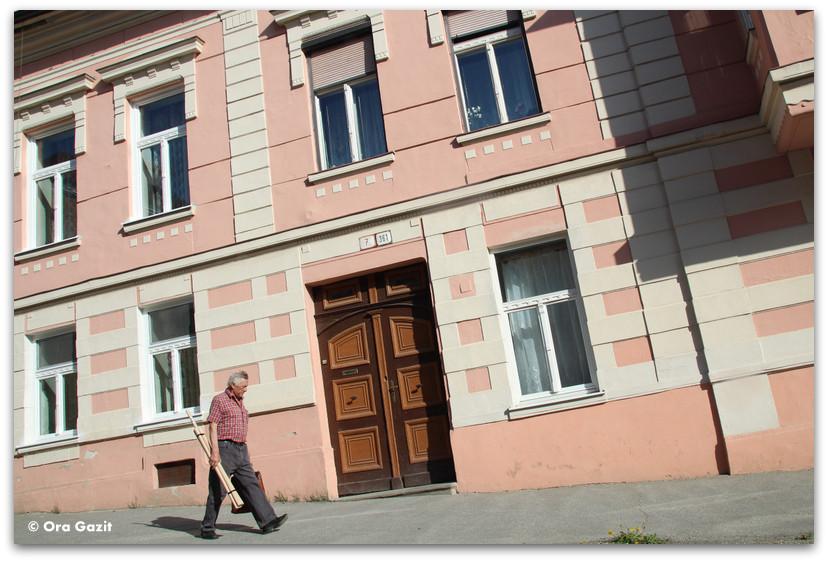 איש צועד ברחוב - סלובקיה