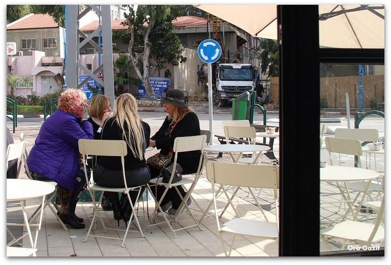 נשים בבית קפה - מסעדות בחיפה