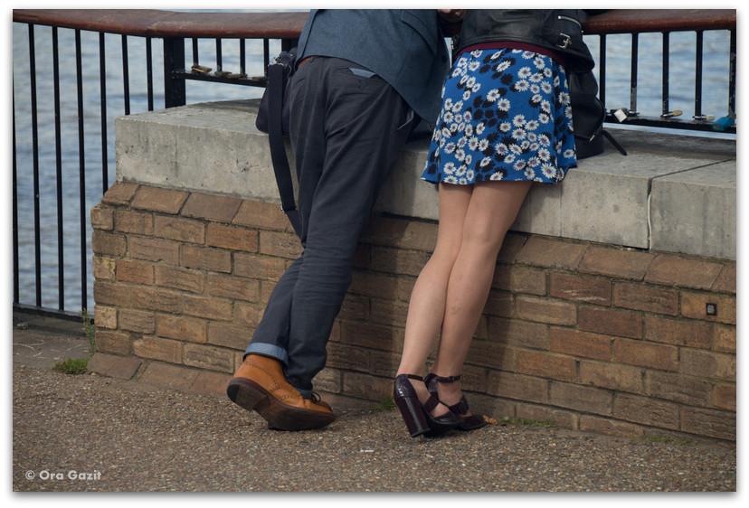 גבר ואשה על שפת התמזה - לונדון - יומן מסע