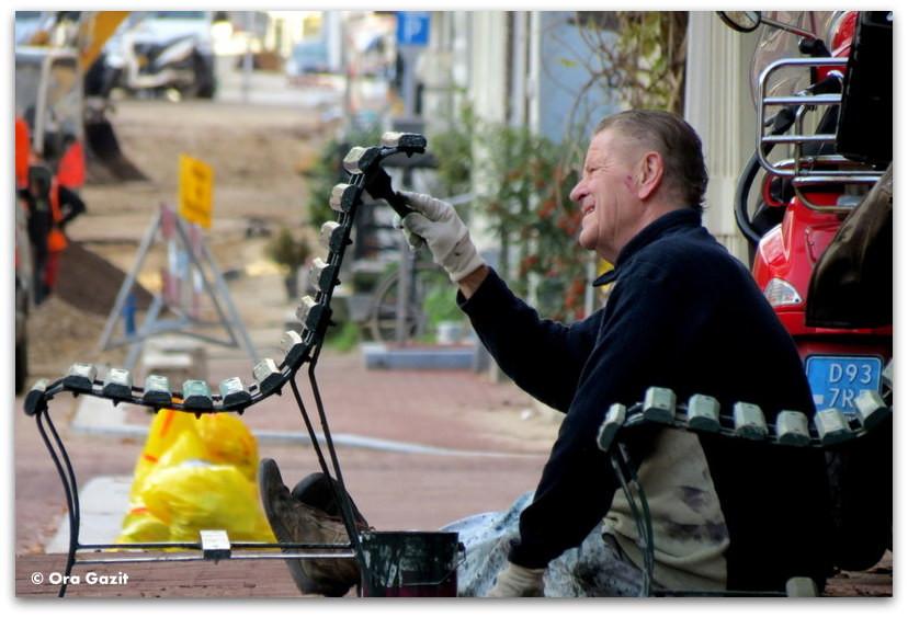 איש צובע ספסל, צילום רחוב, אמסטרדם