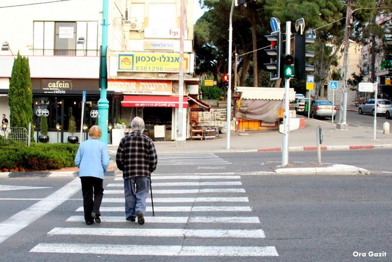 זוג קשישים במרכז הכרמל - שביל חיפה - טרק - טיול בחיפה