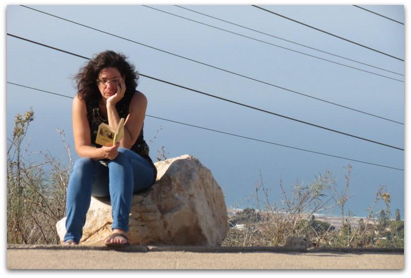אשה קוראת ספר - בלוג דיי - יום הבלוג הבינלאומי - רשימת קריאה
