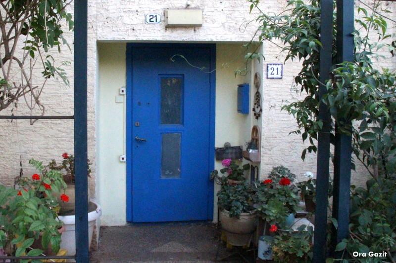 כניסה עם דלת כחולה - שביל חיפה - טרק - טיול בחיפה