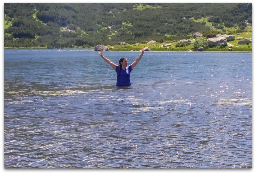 רחצה באגם - טרק הרי רילה - טרקים בבולגריה - יומן מסע