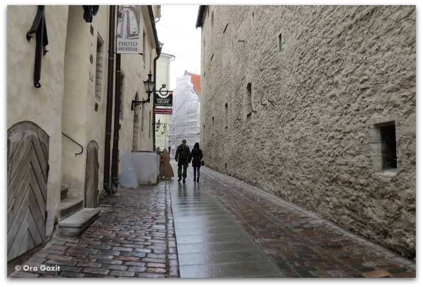 זוג צועד בסמטה - טאלין, אסטוניה