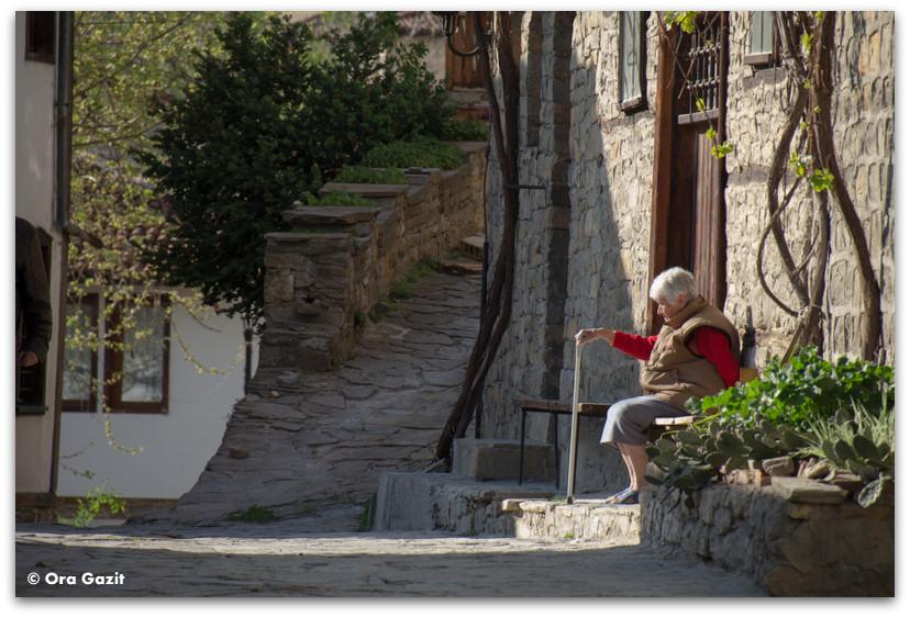 אשה יושבת - בולגריה - טיול עם ילדים בחול