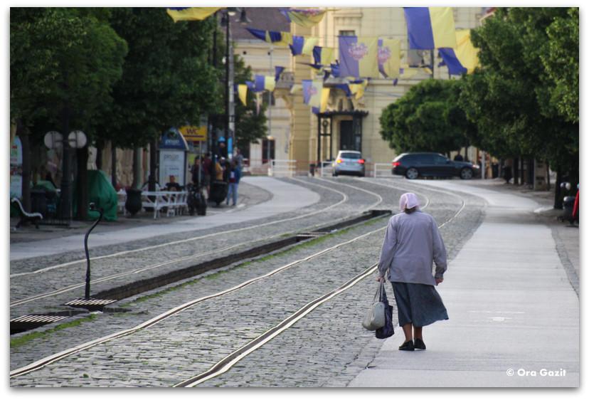אשה צועדת ברחוב - קושיצה - סלובקיה