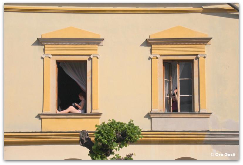 אשה יושבת בחלון - סלובקיה