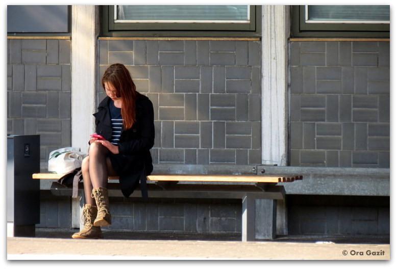 אשה יושבת על ספסל - טיול עם ילדים בחול, קופנהגן