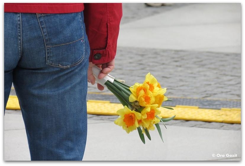 איש עם זר פרחים - תמונות מספרות סיפור – טיפים לצילום – איך לצלם טוב