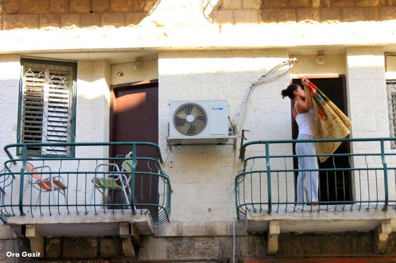 אשה במרפסת - עיר תחתית - שביל חיפה - טרק - טיול בחיפה