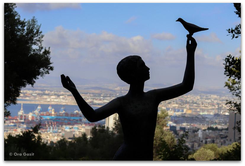 פסל אשה עם ציפור - גן הפסלים בחיפה - אורסולה מלבין - טיול בחיפה