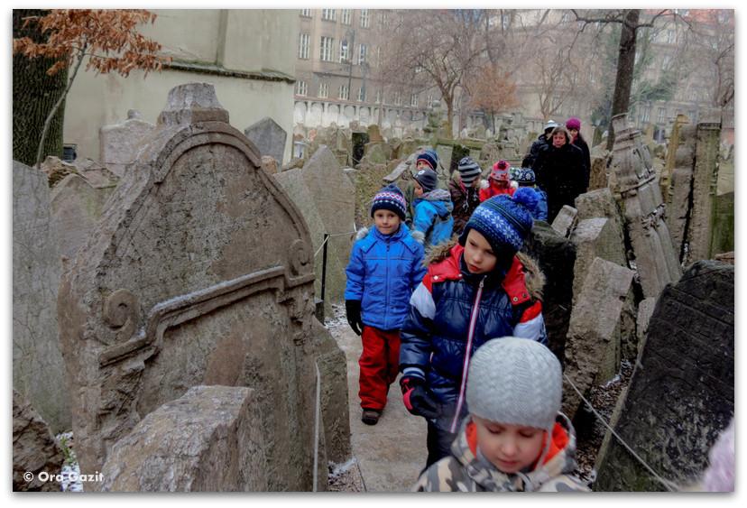 ילדים מטיילים בבית קברות, הרובע היהודי, פראג