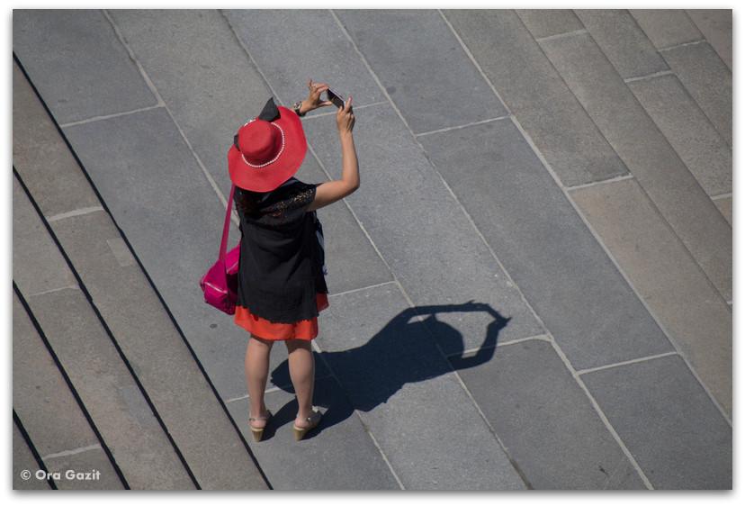 אשה עם כובע אדום - בודפשט - הונגריה