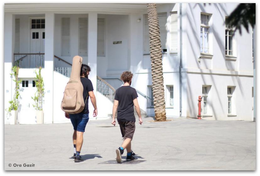 שני אנשים מטיילים - סיורים מודרכים בתל אביב - תל אביב