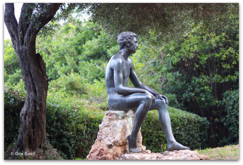 פסל איש יושב - גן הפסלים בחיפה - אורסולה מלבין - טיול בחיפה
