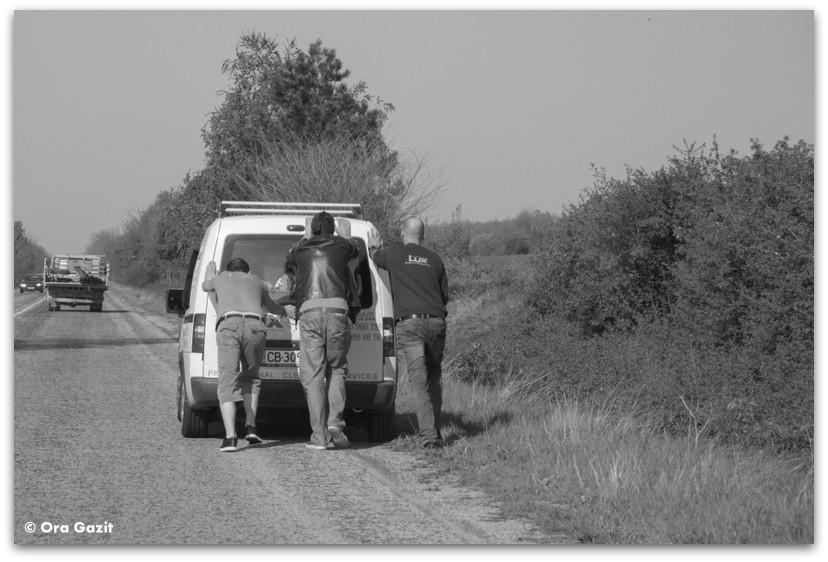 אנשים דוחפים מכונית - בולגריה - טיול עם ילדים בחול